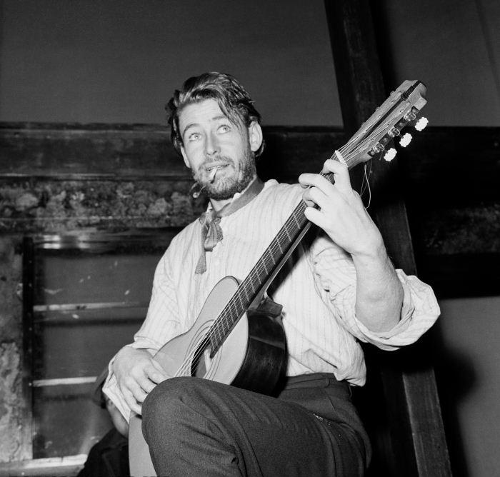 О'Тул грає на гітарі