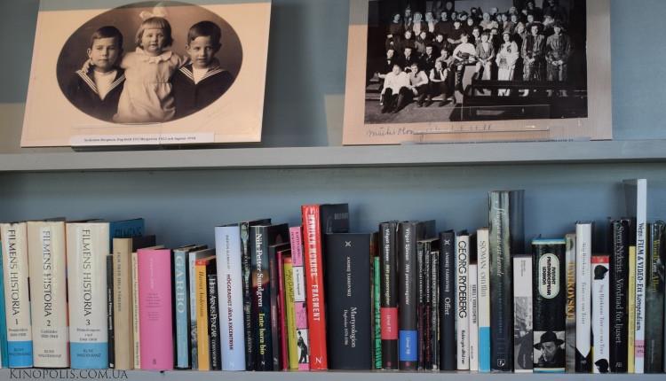 Полиця з книгами і фото